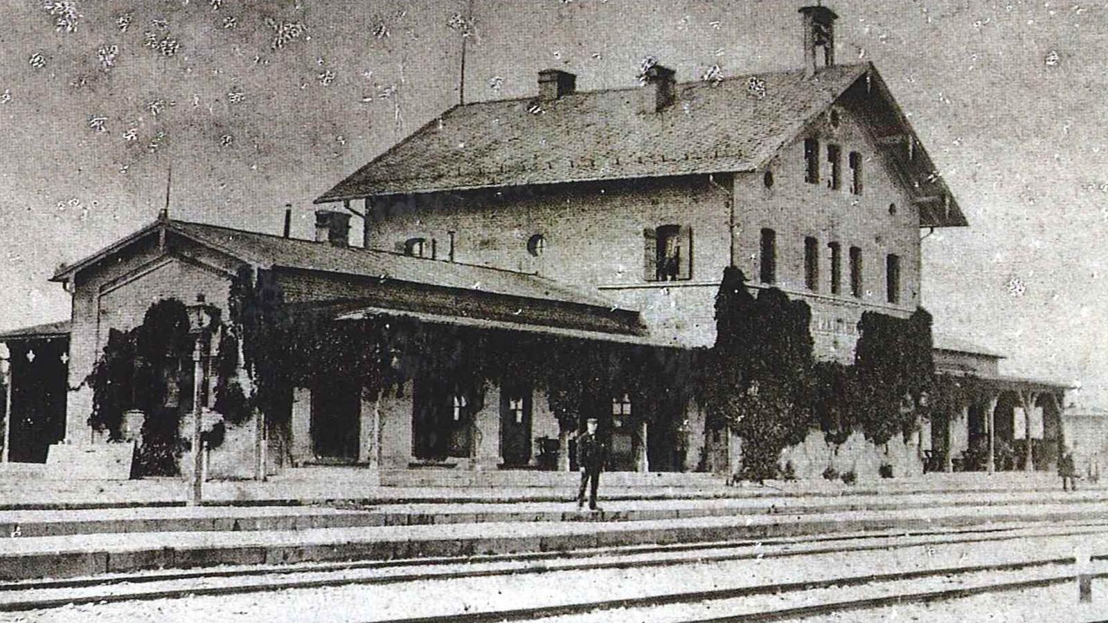 2-Die älteste Fotografie des 1860 erbauten Bahnhofgebäudes in Holzkirchen stammt etwa aus dem Jahr 1880.