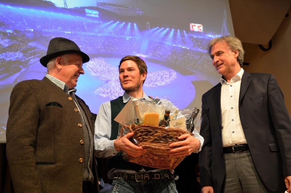 Hans Schwaiger mit Lucas Bögl bei der Geschenküberreichung durch Bürgermeister Olaf von Löwis