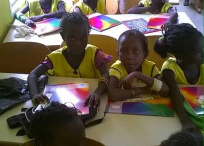 Schulkinder mit ihren neuen Heften