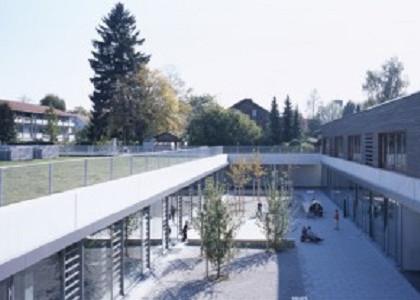 Lichthof mit Blick auf begrüntes Dach