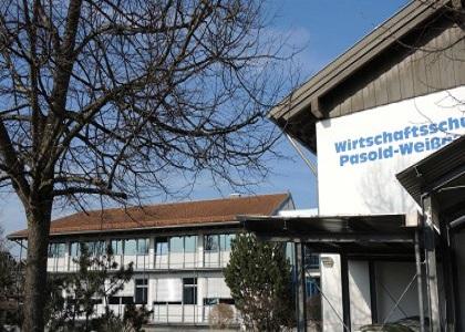 Eingang zur Wirtschaftsschule Pasold-Weissauer