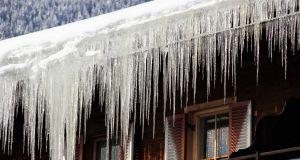 Eiszapfen am Hausdach