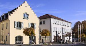 Rathaus und Bücherei_Schleich