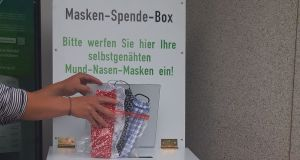 Masken-Spende-Box vor dem Rathaus