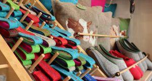 Schlüsselanhänger und Schuhe beim Johannimarkt