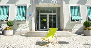 Grüner Liegestuhl vor dem Rathaus