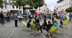 Viele Menschen stehend und sitzend bei der Siegerehrung auf dem Marktplatz