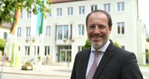 Bürgermeister Christoph Schmid vor dem Holzkirchner Rathaus