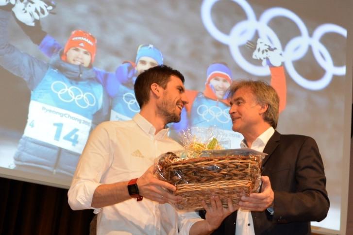 Arnd Peiffer mit dem Bürgermeister bei der Überreichung eines Geschenkkorbes