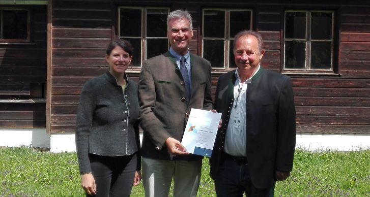 Bienenfreundliche-Gemeinde Bürgermeister mit Urkunde