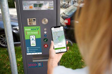 Handy und Parkscheinautomat