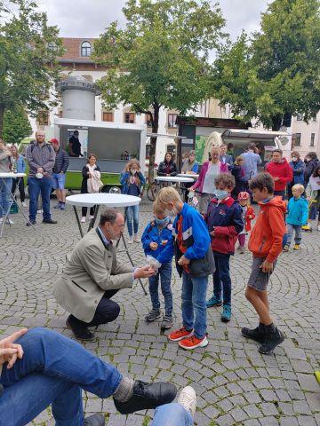 Mehrere Kinder beim Bürgermeister