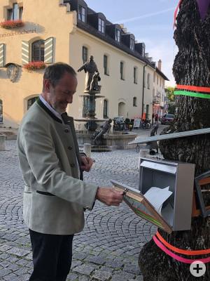 Buergermeister Christoph Schmid beim Kunst-Briefkasten
