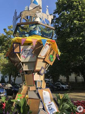 Das_zu_befuellende_Kunstwerk_um_den_Maibaum_bei_Marktplatz